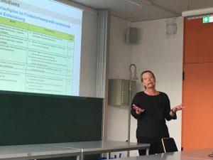 Désirée Laubenstein bemüht sich sehr engagiert den Erstsemester*innen den Förderschwerpunkt Emotionale und Soziale Entwicklung näher zu bringen