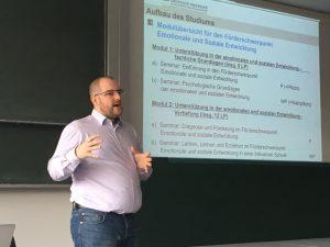 David Scheer erklärt den Aufbau des Studiums Lehramt für Sonderpädagogische Förderung