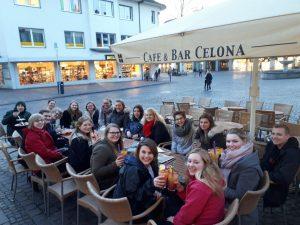 Das Bild zeigt Studierende der O-Woche in geselliger Runde in einem Café in Paderborn