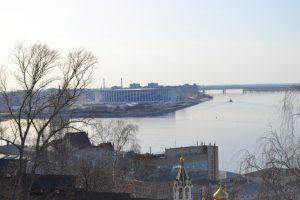 Das Bild zeigt die Stelle des Zusammenflusses von Oka und Wolga in Nischni-Novgorod, Russland. Im Hintergrund das Fußballstadion